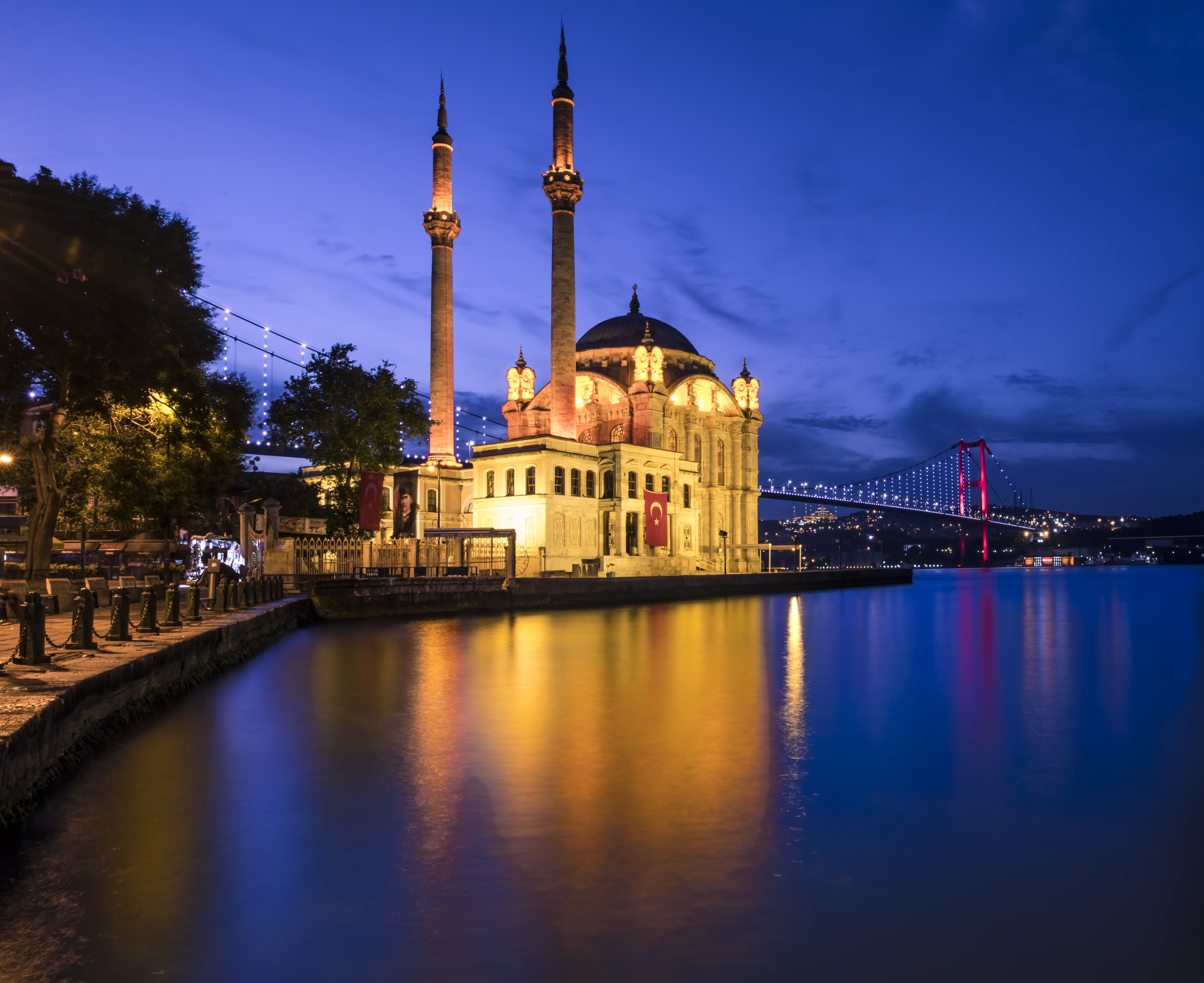 If you reach Ortakoy Mosque around 1 hour before sunrise, the lights on the bridge will still be on.